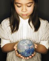 地球を眺める女の子