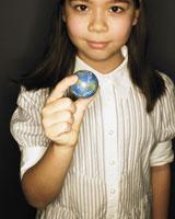 指で地球を持つ女の子