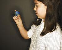 指で地球を持つ女の子の横顔