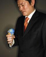 地球アイスを持つビジネスマン