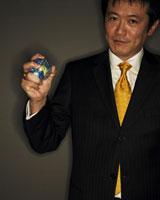 地球ボールを握るビジネスマン