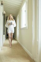 廊下を歩く女性