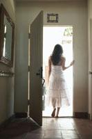 ドアを開けて歩く女性の後姿