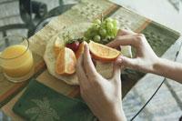 フルーツを食べる女性の手元