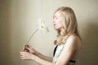 花の匂いを嗅ぐ女性