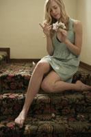 花びらをちぎる女性