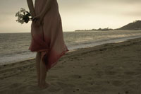 ビーチでたたずむ女性の後姿 24016000219| 写真素材・ストックフォト・画像・イラスト素材|アマナイメージズ