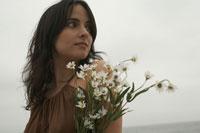 花束を持つ女性 24016000223| 写真素材・ストックフォト・画像・イラスト素材|アマナイメージズ