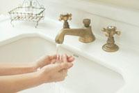 洗面所で洗っている手元