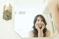 鏡の中を見つめる女性