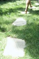 石畳を歩く足元 24016000271| 写真素材・ストックフォト・画像・イラスト素材|アマナイメージズ