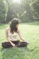 自然の中でリラックスする女性