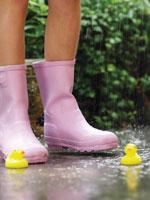 長靴をはく足とアヒルのおもちゃ 24018000008| 写真素材・ストックフォト・画像・イラスト素材|アマナイメージズ