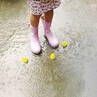 長靴をはく足とアヒルのおもちゃ 24018000009| 写真素材・ストックフォト・画像・イラスト素材|アマナイメージズ