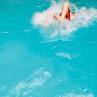 プールに飛び込む瞬間の少年 24018000017| 写真素材・ストックフォト・画像・イラスト素材|アマナイメージズ
