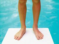 プールの飛び込み台に立つ少女の足 24018000021| 写真素材・ストックフォト・画像・イラスト素材|アマナイメージズ