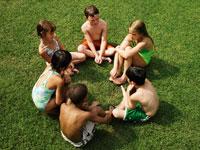 芝生の上に座る少年少女6人 24018000076| 写真素材・ストックフォト・画像・イラスト素材|アマナイメージズ