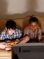 テレビゲームをする少年2人