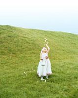 花をまく白人の女の子