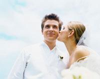 白人新郎にキスする白人新婦 24019000053| 写真素材・ストックフォト・画像・イラスト素材|アマナイメージズ