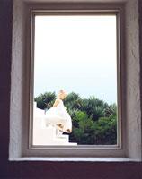 階段を下りる白人の女の子 24019000092| 写真素材・ストックフォト・画像・イラスト素材|アマナイメージズ
