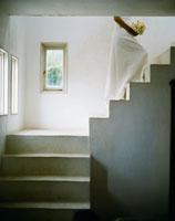 ブーケを持ち階段を上る新婦 24019000115| 写真素材・ストックフォト・画像・イラスト素材|アマナイメージズ