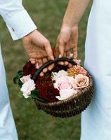 花篭を持つ新郎新婦の手元