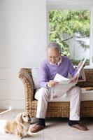 新聞を読むシニア男性