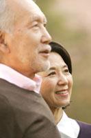 微笑むシニアカップル 24020000283| 写真素材・ストックフォト・画像・イラスト素材|アマナイメージズ