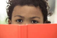 本を開く少年