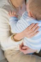 赤ちゃんを抱く母