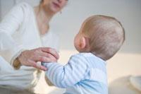 赤ちゃんの手をとる母