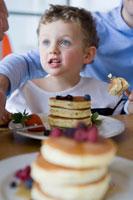 パンケーキを食べる男の子