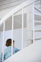 螺旋階段を下りる男の子 24021000180| 写真素材・ストックフォト・画像・イラスト素材|アマナイメージズ