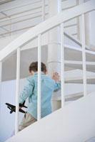 螺旋階段を下りる男の子 24021000181| 写真素材・ストックフォト・画像・イラスト素材|アマナイメージズ