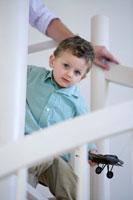 螺旋階段を上る父と息子