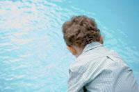 プールを見る男の子の後ろ姿 24021000188| 写真素材・ストックフォト・画像・イラスト素材|アマナイメージズ
