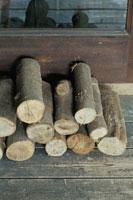 窓際に積まれた薪