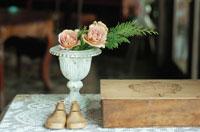 小さな花瓶に活けられた花