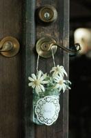 ドアノブにかけられた花