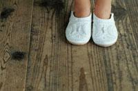 白いスリッパを履いた少女の足元