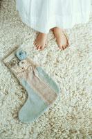 少女の足元と大きな靴下