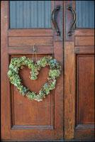 扉に飾られたハート型のリース
