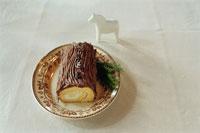 皿に置かれたブッシュドノエル