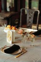 テーブルセッティングされた食卓