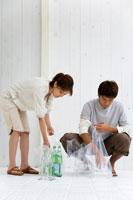 ゴミを分別する男性と女性