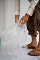 ゴミを分別する男性の足元