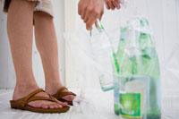 ゴミを分別する女性の足元