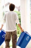 ゴミ箱を外に出す男性