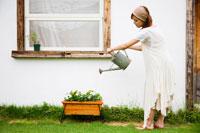 花に水を遣る女性